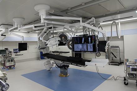 血管撮影を手術と並行して行えることで、手術の効率化を実現