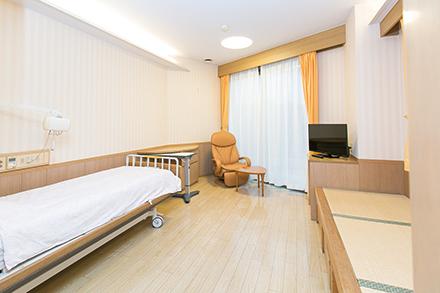 全室個室の緩和ケア病棟では、家族やペットとともにくつろいだ時間を過ごせる