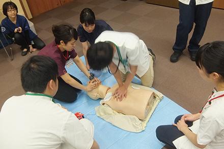 毎年、救急科の医師が新職員に対して蘇生講習を行っている
