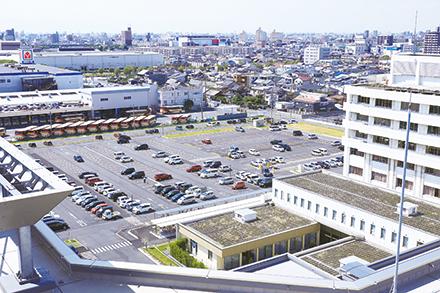 通常の駐車スペースだけでなく、災害時の対応など多目的に利用可能な大駐車場