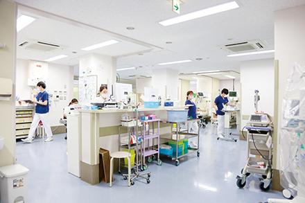 24床を構える救命救急センター。日々分け隔てなく患者を受け入れ、昼夜稼働している