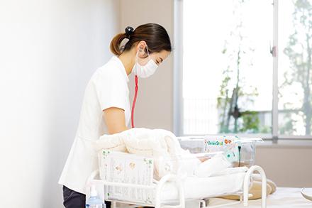 同院で生まれた新生児を継続的に見守ることができるのも小児科の強み。母親の気持ちに寄り添った、温かなケアを信条としている