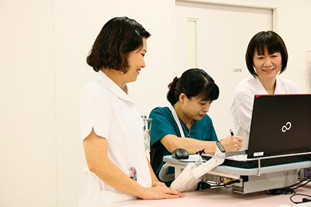 外来・病棟の看護師、医療ソーシャルワーカーの連携で患者の社会復帰を支援