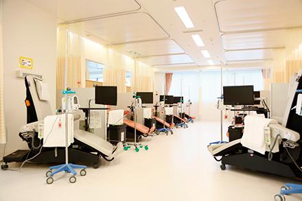 広々とした空間にゆったりと並ぶベッド。1日に100人以上の患者が訪れるという