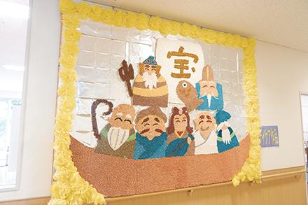 清らかの里の1階には、通所リハビリテーション利用者が作業療法で作製した七福神の作品が飾られている