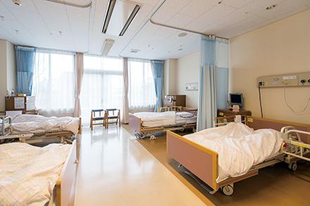 治療・療養生活の場となる病室は明るく、広々として快適。仙台堀川公園を望める部屋も