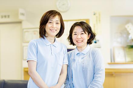 日常生活のケアから、より医療的な支援までと幅の広がった同病院で、相談窓口を務める吉田美枝子さん(左)と佐々木理恵子さん(右)