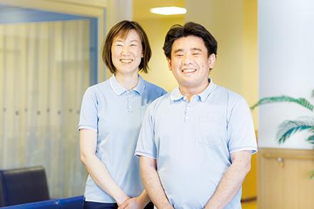 白田博子さん(左)と佐藤亮太郎さん(右)をはじめ、職員は患者の様子をこまめに共有
