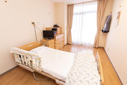 広々とした個室は8畳ほどの大きさで、好きな家具などを置け、家族が泊まれるスペースもある