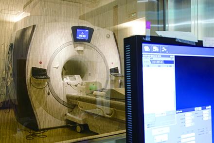 前立腺がんの針生検では3テスラのMRIを用いており、クリアな画像で高精度に