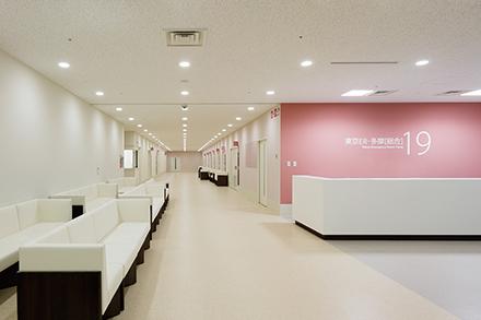 明るく開放的な空間の入り口。患者の健康面・生活面を多角的に診て、各診療科につなぎ日々多くの患者を救う