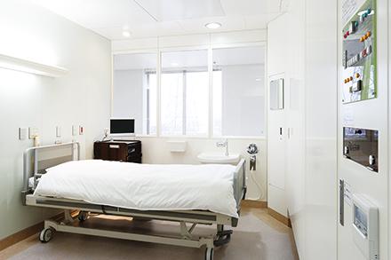 特別な空調設備できれいな空気を循環させている無菌室。通常の化学療法よりも強い抗がん剤を使用する患者を感染から患者を守る