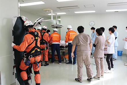 救命救急士が患者を搬送後、同センターのスタッフへ速やかに対応が引き継がれる