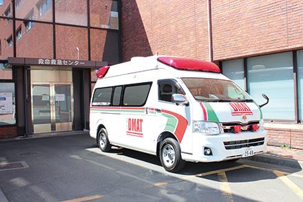 災害現場に派遣されるDMATカー。医療機器などが搭載され、現場で迅速な処置を行うことができる