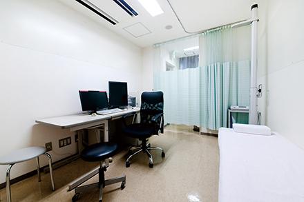 内科の診療が行われる診察室。体調に不安がある際、気軽に相談できる地域のかかりつけ病院だ