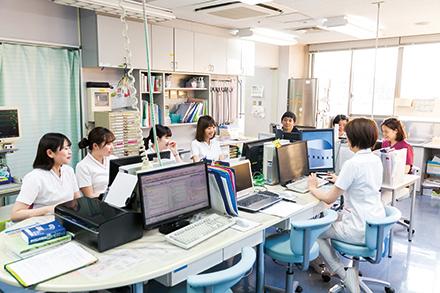 カンファレンスを重ねながら、思いやりと高いスキルで入院中の患者を支える病棟スタッフたち