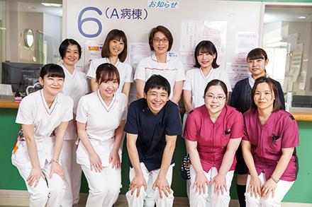 外科病棟の看護師。患者に寄り添うホスピタリティーにあふれ、病棟は温かい雰囲気に包まれている