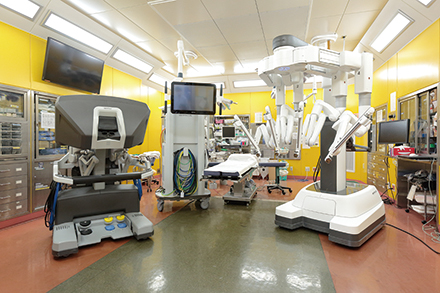 医師が遠隔操作でアーム部分を動かし、手術を行うのがロボット支援手術の特徴だ