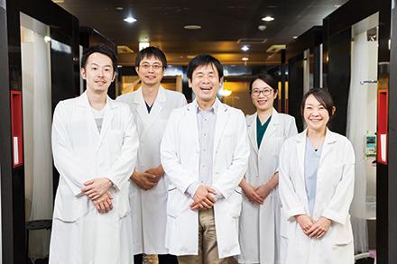 腫瘍血液内科の明星智洋副部長(写真中央)、判田直子先生(前列右)、後藤宏顕先生(前列左)、丁晔先生(後列右)、西川慶先生(後列左)
