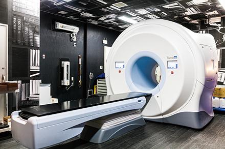 高精度にピンポイント照射できる放射線治療装置