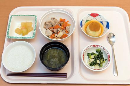 栄養バランスの取れた食事は管理栄養士が考案。カロリー補給のため、高カロリープリンの提供も