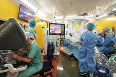 ロボット支援手術用の先端機材。QOL重視の治療を行う