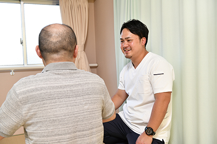 通院が困難な患者のもとに理学療法士らが赴き、施術を提供