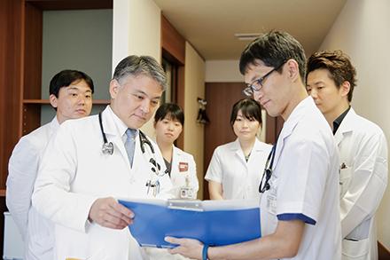 定例で行われるカンファレンスでは、医師以外の多職種を交えて情報交換を行い、連携強化を図っている