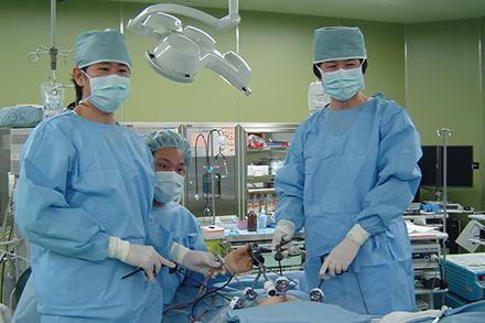 傷口が小さく低侵襲である腹腔鏡下手術を多く手がけてきた