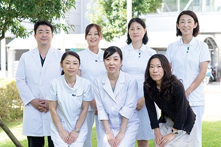 医師と看護師、医療ソーシャルワーカー、事務スタッフがチームを組んでサポートする
