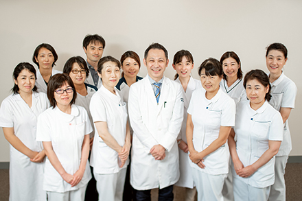 多職種による専門ケアでその人らしい生き方をサポートしたいという鈴木正寛先生(中央)