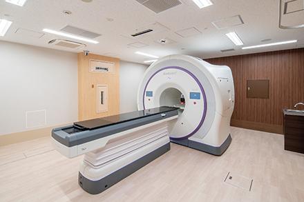 リニアックによる放射線治療では、体の外側から腫瘍部分に集中して放射線を照射。仕事やこれまでの生活を続けながら治療を受けやすい