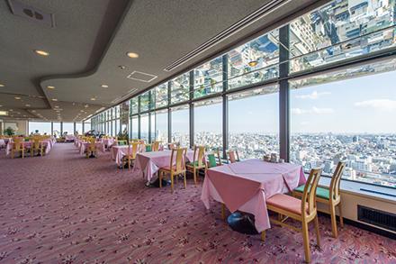 食事だけでなく、喫茶でも利用できる。東京を一望できる窓際の席が人気
