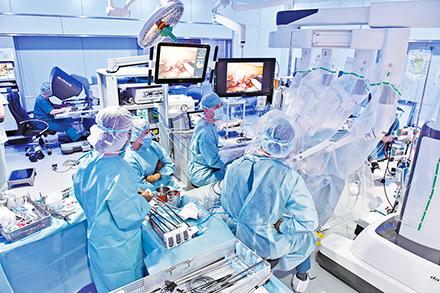 ロボット支援手術の様子。同院では術者の教育にも注力している