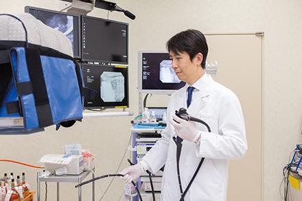 超音波内視鏡は、内視鏡先端に搭載された超音波プローブを目的部位付近に当てられるため、体表からの検査に比べて詳細な観察が可能だ