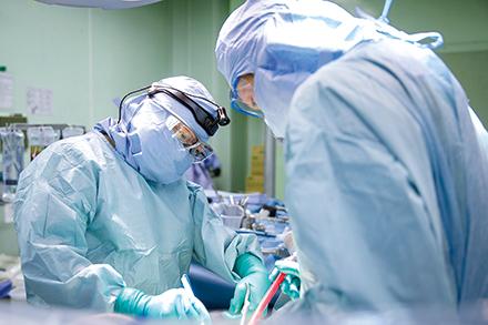院内のチームワークが非常に良い同院。糖尿病など内科的な基礎疾患がある患者の治療や手術も、他診療科と連携して対応している