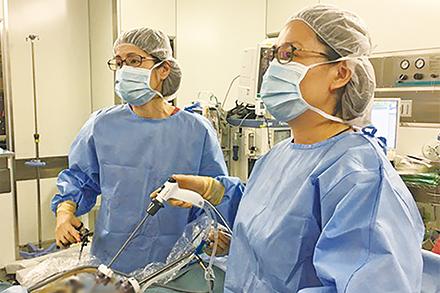 傷口が小さくて済む内視鏡下手術。入院期間が短くなるだけではなく、体への負担も少ない治療を行う