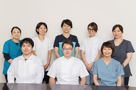 太田部門長を中心に医師、看護師、薬剤師、管理栄養士、理学療法士、臨床検査技師らがチームとなって診療
