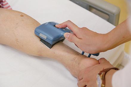 糖尿病に多い下肢末梢神経障害を調べる簡易型の神経伝導検査機器