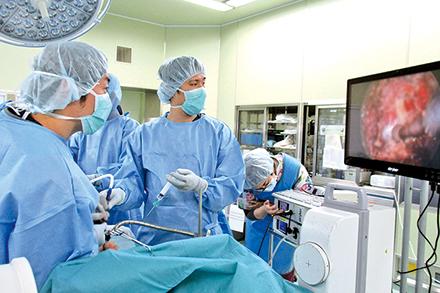 カンファレンス風景。症例の画像を見ながら専門の医師たち12 人が議論を重ね、最適な治療法を探る