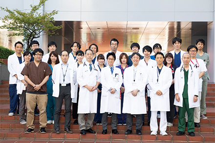 医師だけでなく看護師、臨床検査技師などの多職種チームが連携を取り、診療にあたる