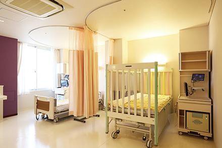 9階ワンフロアの小児病棟。明るい光が差し込む病室で、入院生活を心穏やかに過ごせる環境
