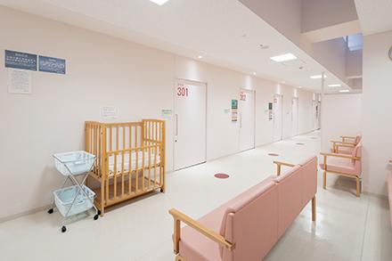 落ち着いた雰囲気の産婦人科専用待合室。ベビー別途も用意されている