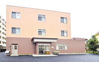 隣接する所沢第一病院と、所沢腎クリニックが外来診療でサポートしている