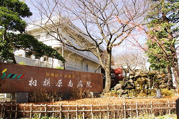 中庭は四季折々の花と緑に囲まれている