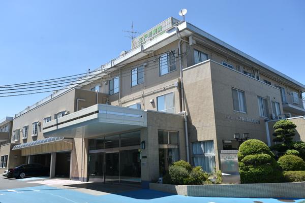 みどり豊かな環境に位置する病院